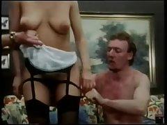 Ретро порно толпа мужиков трахнула девушку на кровати