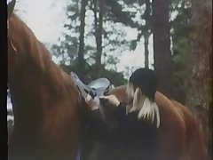Ретро порно одинокая девушка ласкает свою волосатую киску