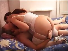 Дама ублажила своего старого друга сексом на кровати