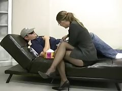 Секс видео девушка дрочит своему другу