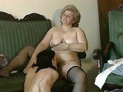 Пожилая дама с большими сиськами соблазнила молодого студента