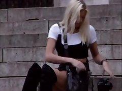 Мужик ловко соблазнил молодую блондиночку