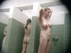 Подглядываем за голыми девушками в душе