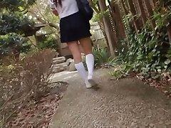 Японская милашка показывает свое обнаженное тело