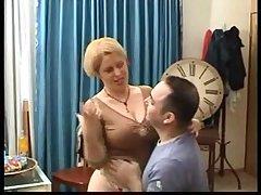 Голая пожилая дама с большими титьками трахается на кровати с любовником