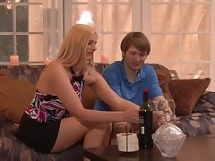 Милая блонда соблазнила парня за ужином
