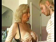 Женщина с большой грудью получает дозу оргазма