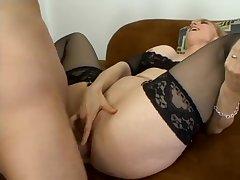 Красивый анальный секс с пожилой мильфой в чулках