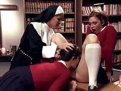 Похотливая монашка наказывает проказниц и заставляет любить лесбийский секс