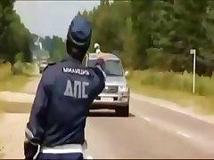 Русский гаишник трахает шикарную блондинку на дороге