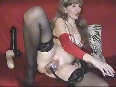 Девушка играет со своей киской в порно чате