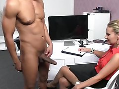 Мускулистый мужик не постеснялся и пришёл на мужской порно кастинг