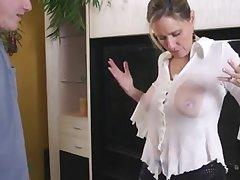 Промокшая рубашка стала причиной внезапного секса со зрелой дамой