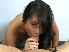 Узкоглазая тайка решила попробовать себя на порно кастинге