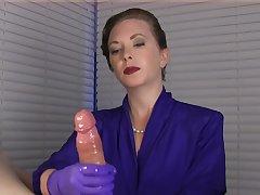 Мужской пенис в руках этой дамы в любом случае выстрелит спермой