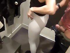 Парень трахает девушку в магазине