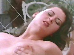 Ретро секс на кровати с миловидной дамой