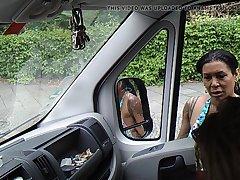 Любопытные испанки решили посмотреть поближе на дрочера в машине