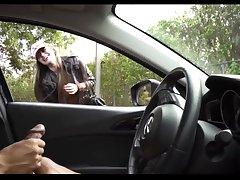 Мужик дрочит член в машине за рулем, приковывая к себе женские взгляды