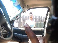 Любопытная африканка решила посмотреть поближе на торчащий член дрочера в машине