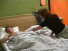 Русское домашее порно парень трахнул свою зрелую любовницу на кровати
