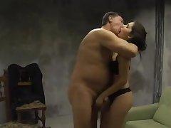 Пожилой мужчина трахает на кровати молодую девушку