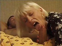 Пожилая блондинка дала в анал