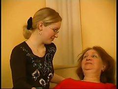 Голая пожилая женщина учит сексу свою подружку